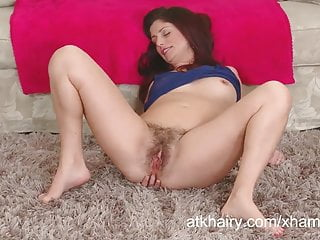 Alicia Swop plays with her pubes and shows off