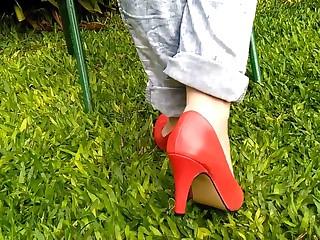 Brincando e exibindo meus pes de scarpin vermelho e jeans