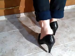 Exibindo meus pes scarpin preto salto alto