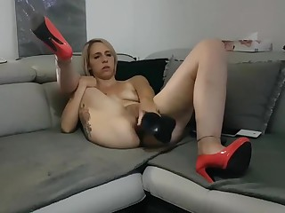 Jeune salope blonde se masturbe