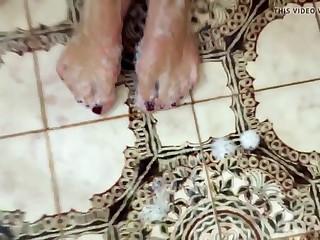 No banho exibindo meus pezinhos e pernas