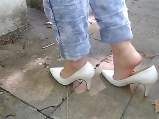 Brincando e exibindo meus pezinhos scarpin salto branco