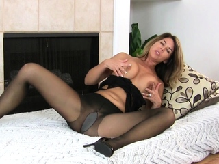 Elegant mature Niki makes you lecherousness for their way pussy