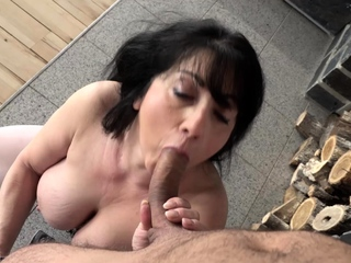 Bosomy mature amateur woman Hanka uses her chubby tits relating to titty