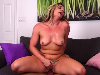 Sexy cougar Tucker was very interesting in be passed on dwelling she