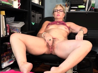 Mature comme �a Lilli needs to relish in the couch