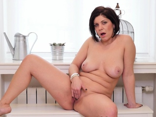 Curvy mature Nicol gives her pussy a in favour rub
