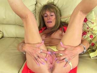 UK gilf Clare lets a sex toy buzz away on say no to aged clit